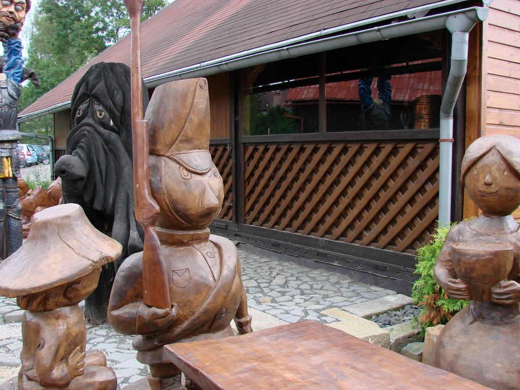07 Doubice - Stará hospoda - dřevěné sochy