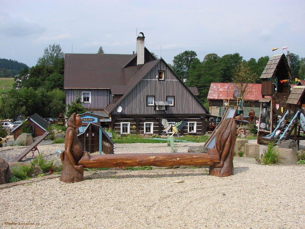 10 Doubice - Stará hospoda - dřevěné sochy