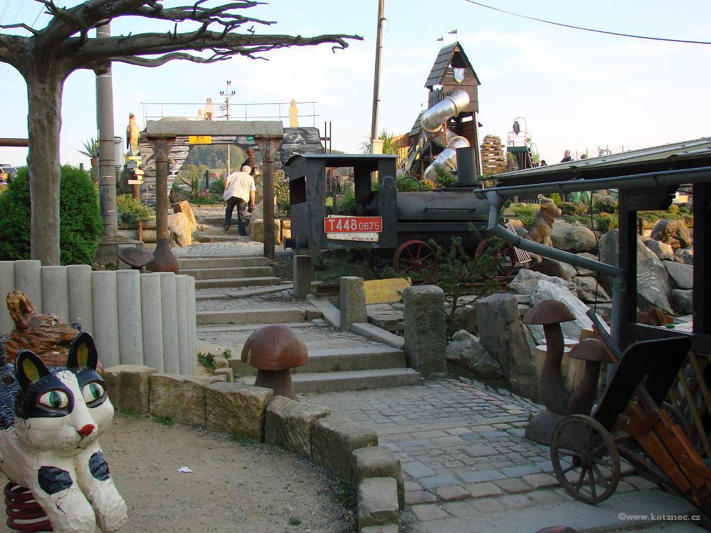 13 Doubice - Stará hospoda - dřevěné sochy