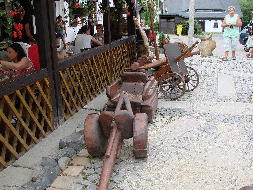 20 Doubice - Stará hospoda - dřevěné sochy