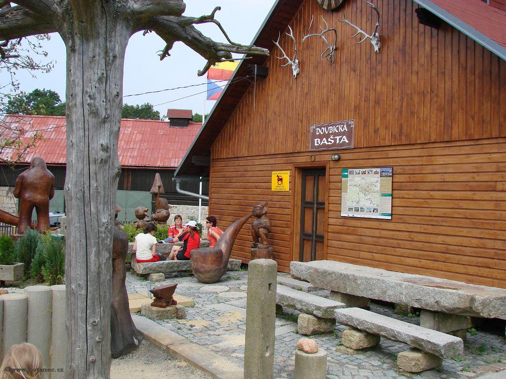 23 Doubice - Stará hospoda - dřevěné sochy
