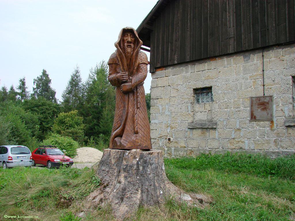 24 Doubice - Stará hospoda - dřevěné sochy