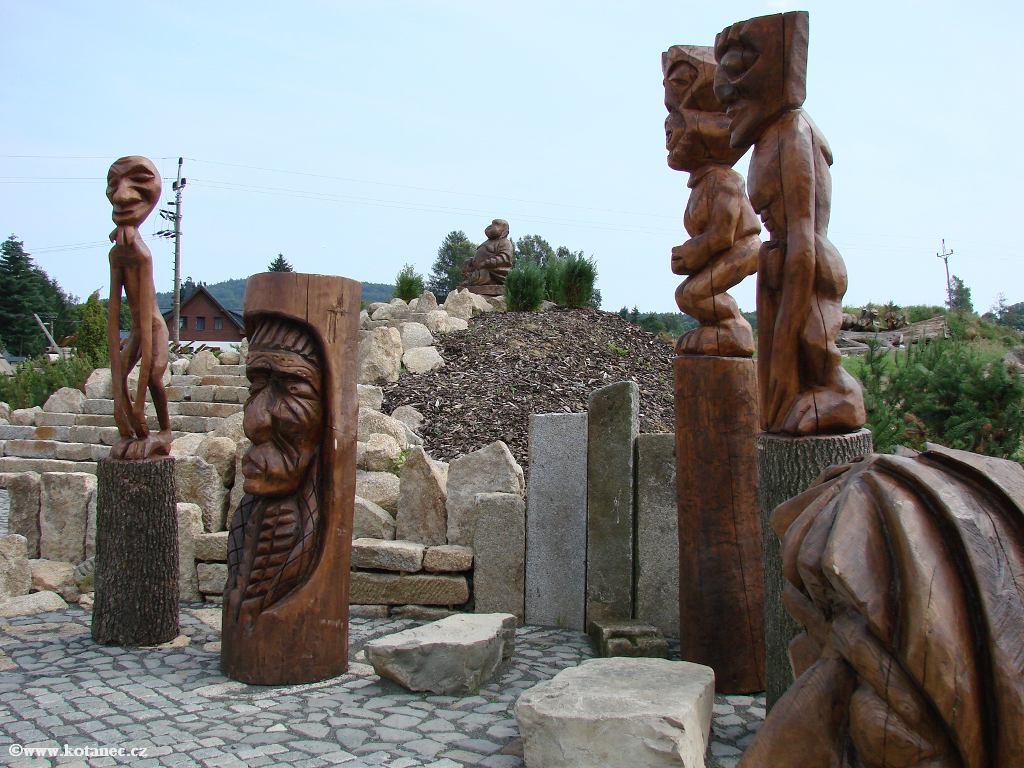 25 Doubice - Stará hospoda - dřevěné sochy