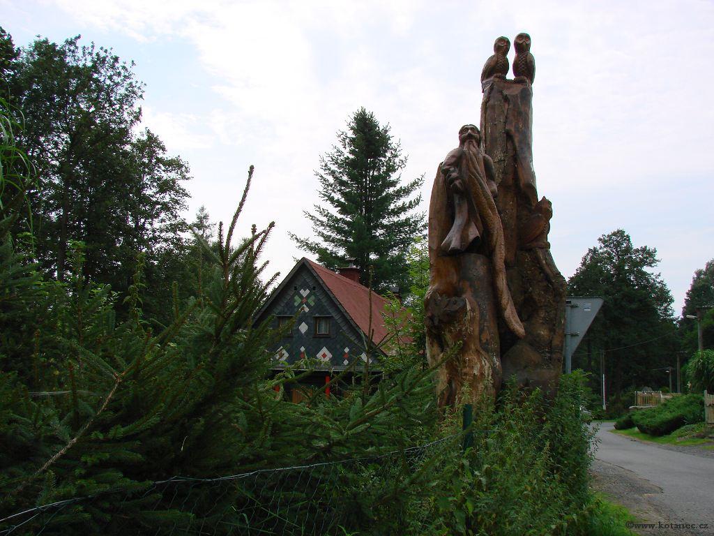 26 Doubice - Stará hospoda - dřevěné sochy