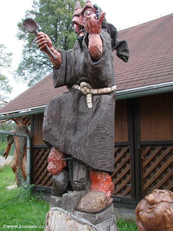 27 Doubice - Stará hospoda - dřevěné sochy
