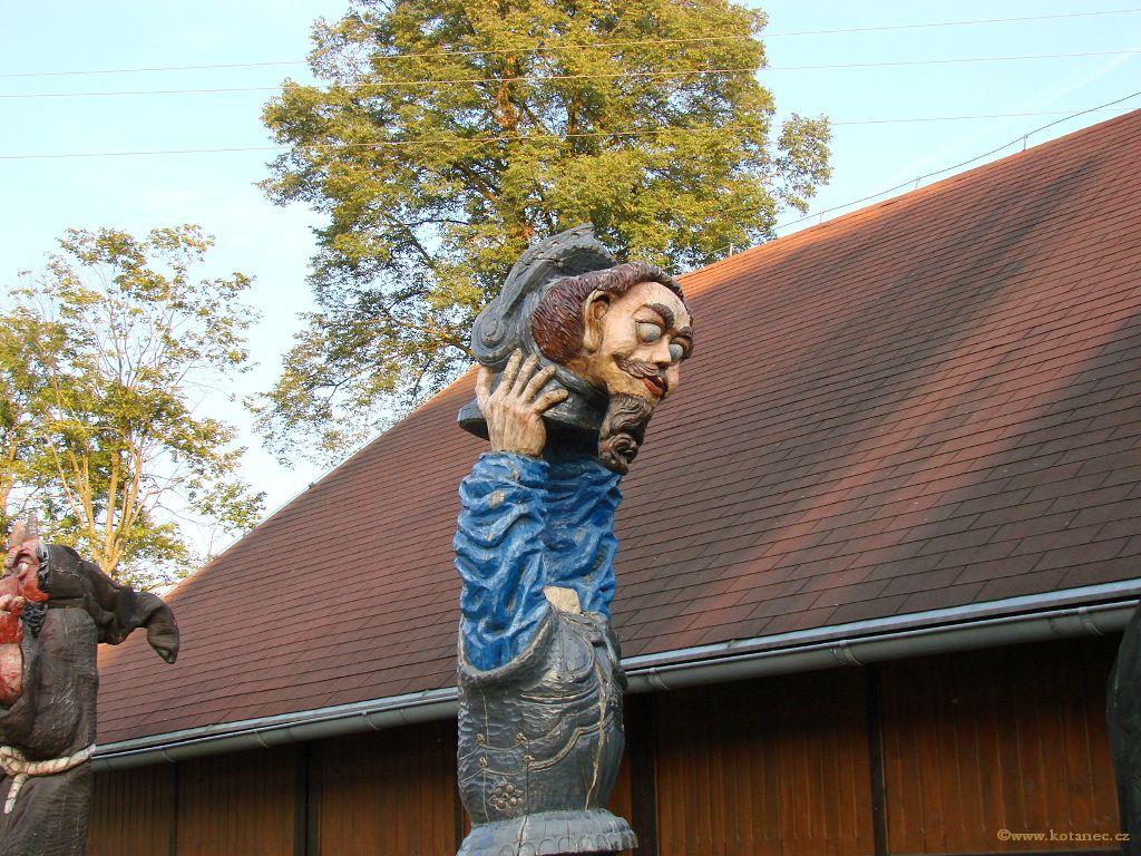 28 Doubice - Stará hospoda - dřevěné sochy