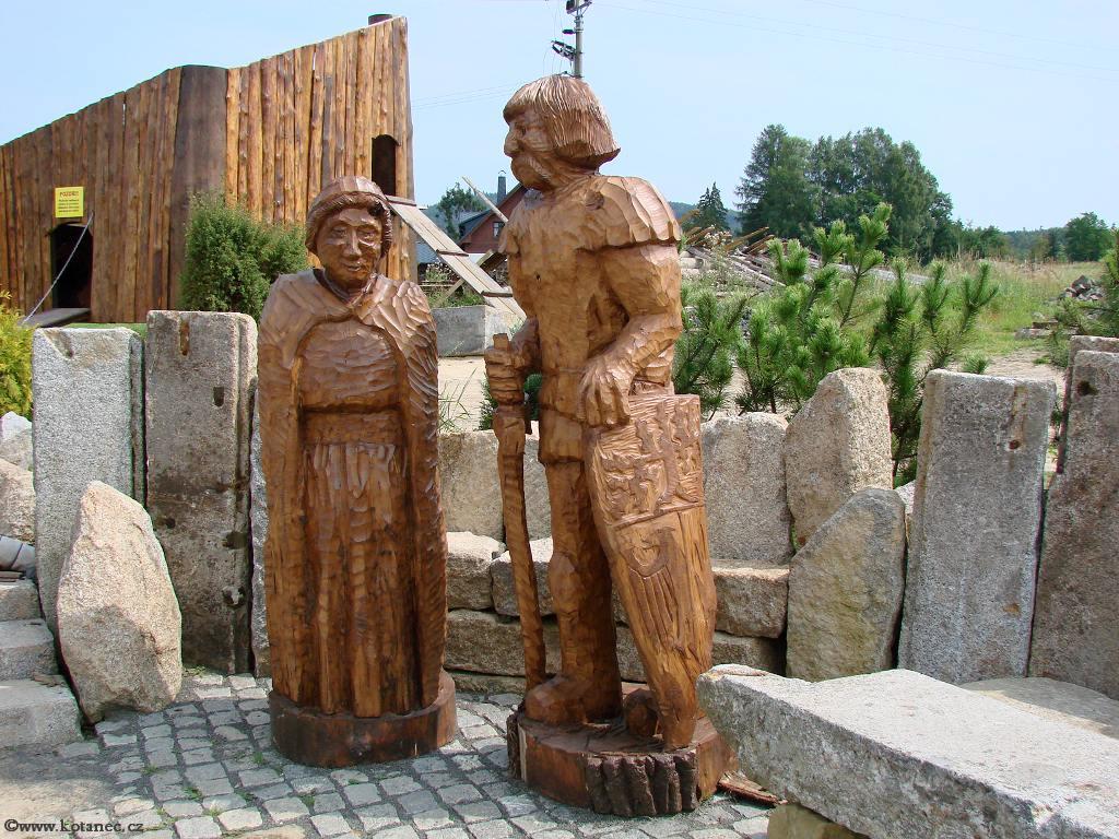 32 Doubice - Stará hospoda - dřevěné sochy