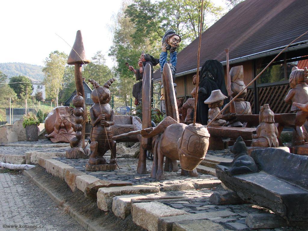 33 Doubice - Stará hospoda - dřevěné sochy