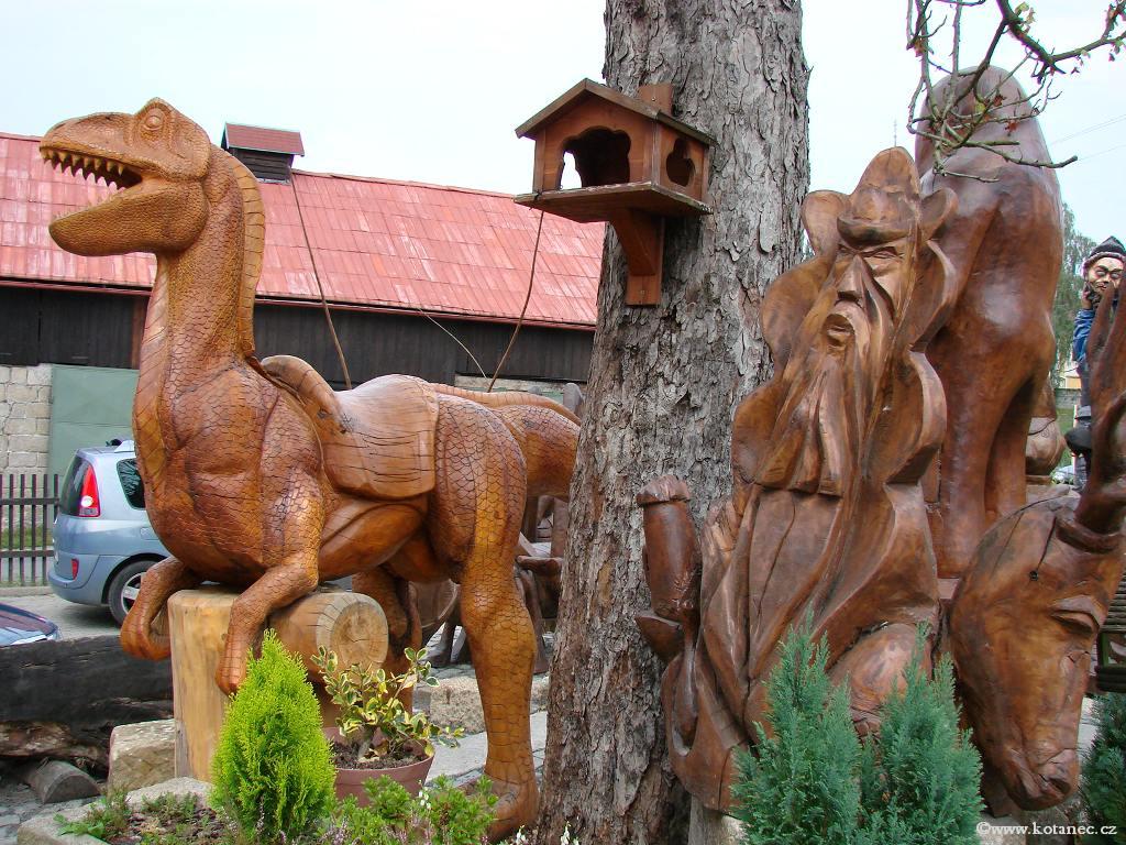 35 Doubice - Stará hospoda - dřevěné sochy