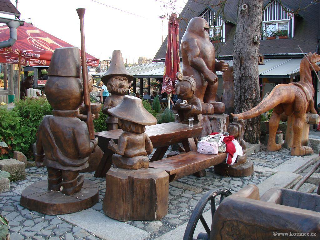 36 Doubice - Stará hospoda - dřevěné sochy